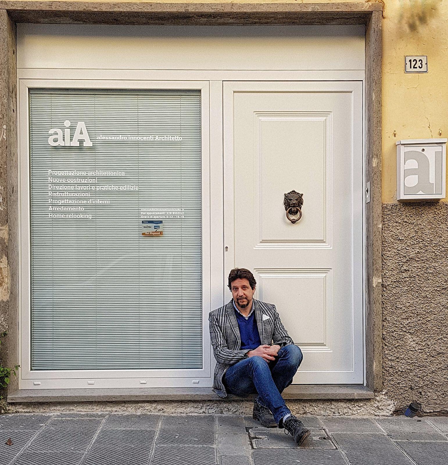 l'Architetto davanti al suo studio