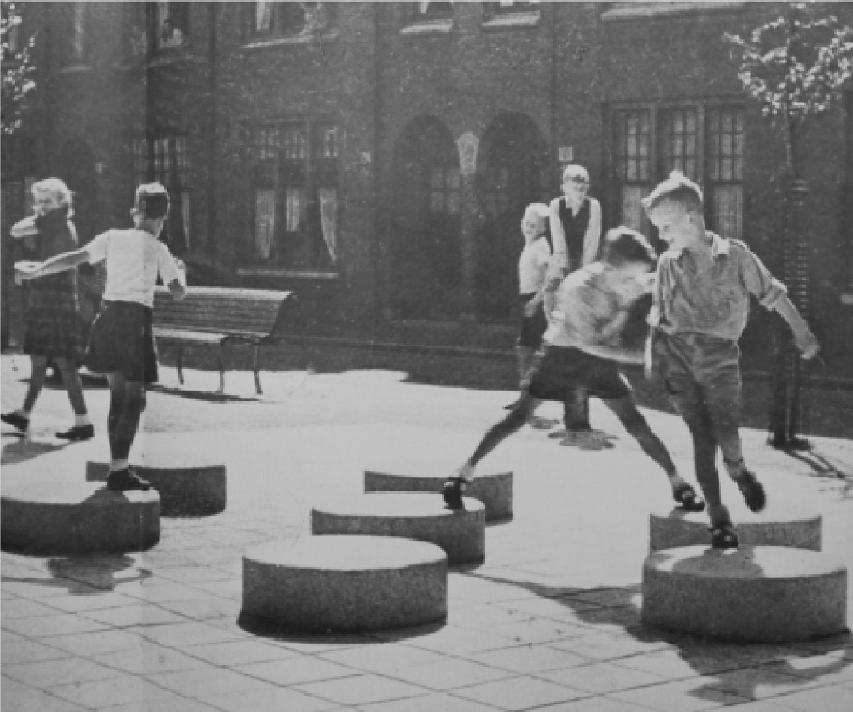 Fotografia storica di bambini che giocano in piazza