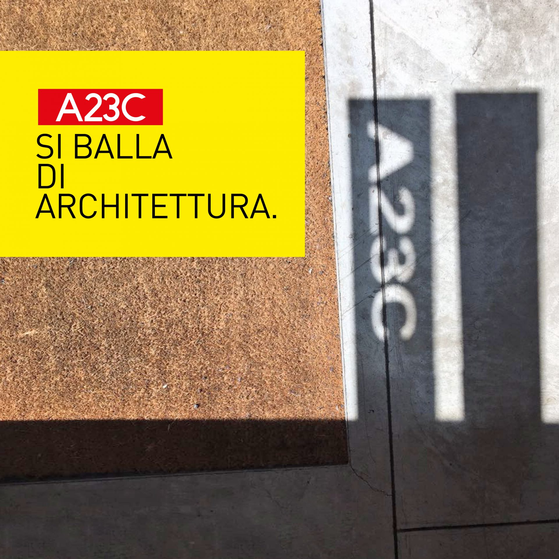Ombra proiettata dello stemma dello studio A23C inserito nella maniglia della porta