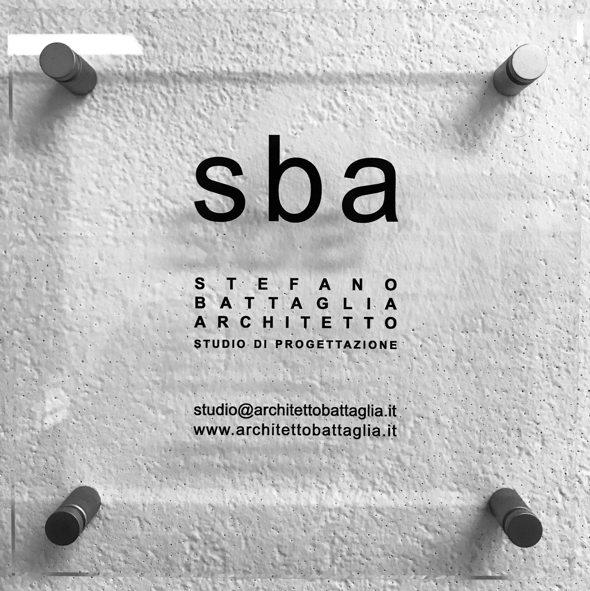 Fotografia della targa dello studio SBA