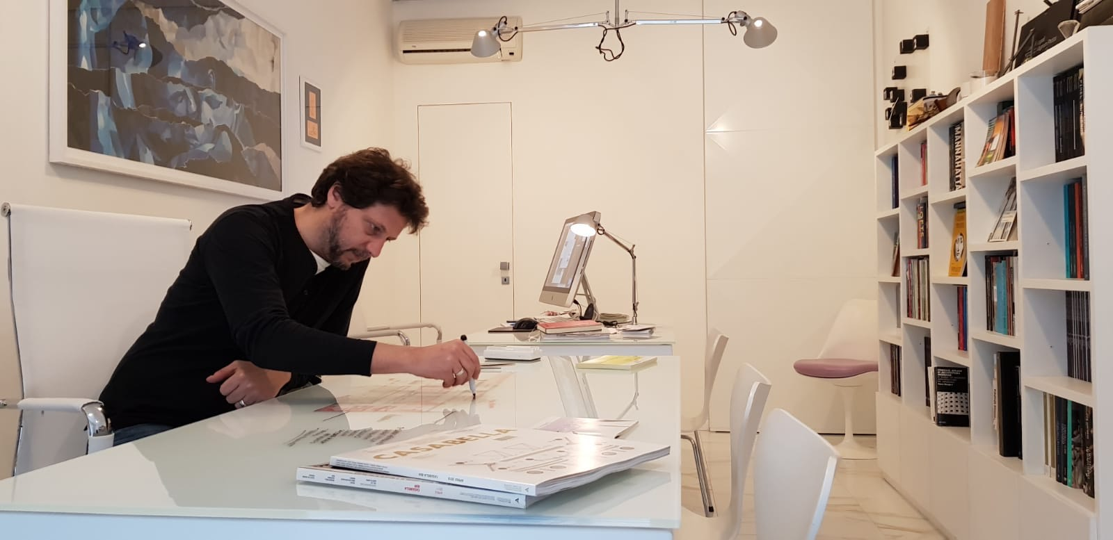 Fotografia dell'architetto all'interno del suo studio professionale di architettura