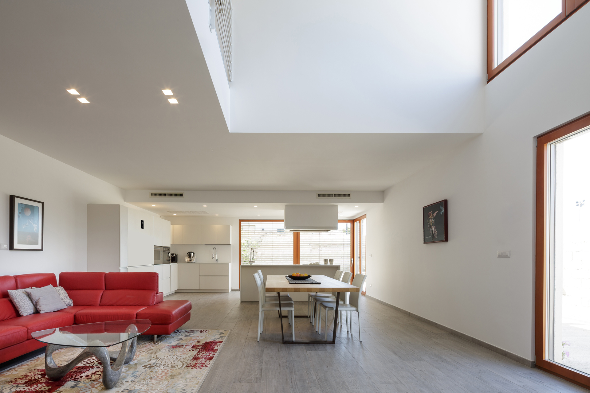 La foto ritrae l'interno del living di un edificio residenziale a Serrenti.