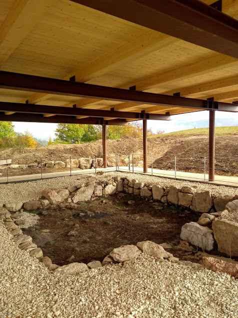 Tettoia di protezione della Casetta A nell'area archeologica del Bostel di Rotzo (VI)