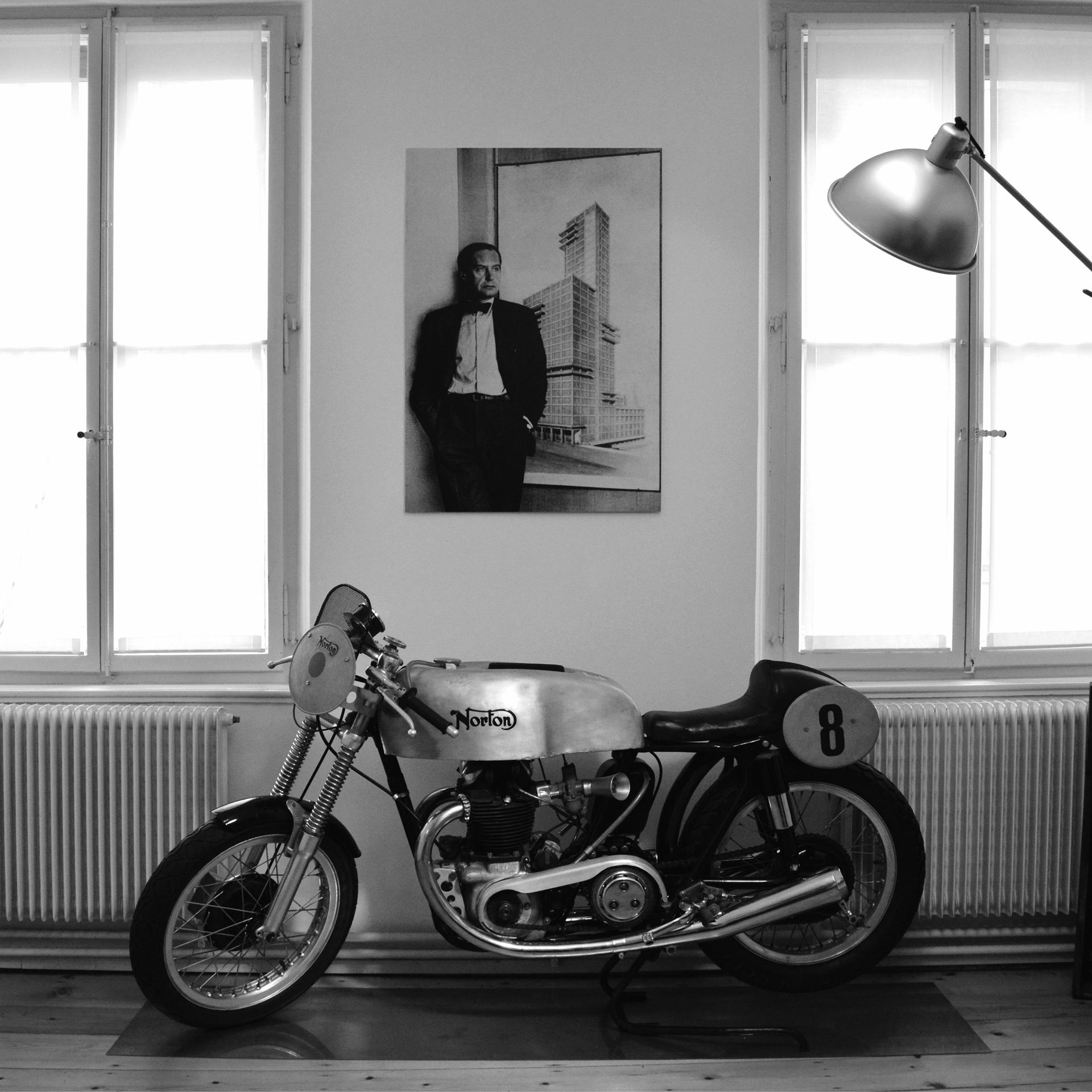 Studio di architettura, motocicletta Norton Dominator e immagine di Walter Gropius