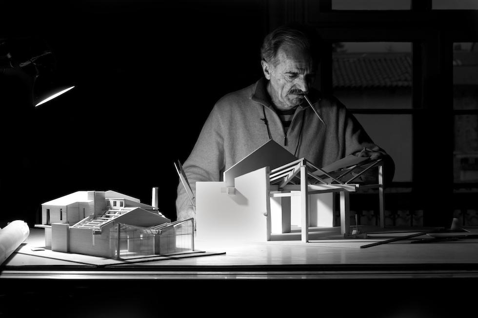 L'architetto al lavoro nel suo studio