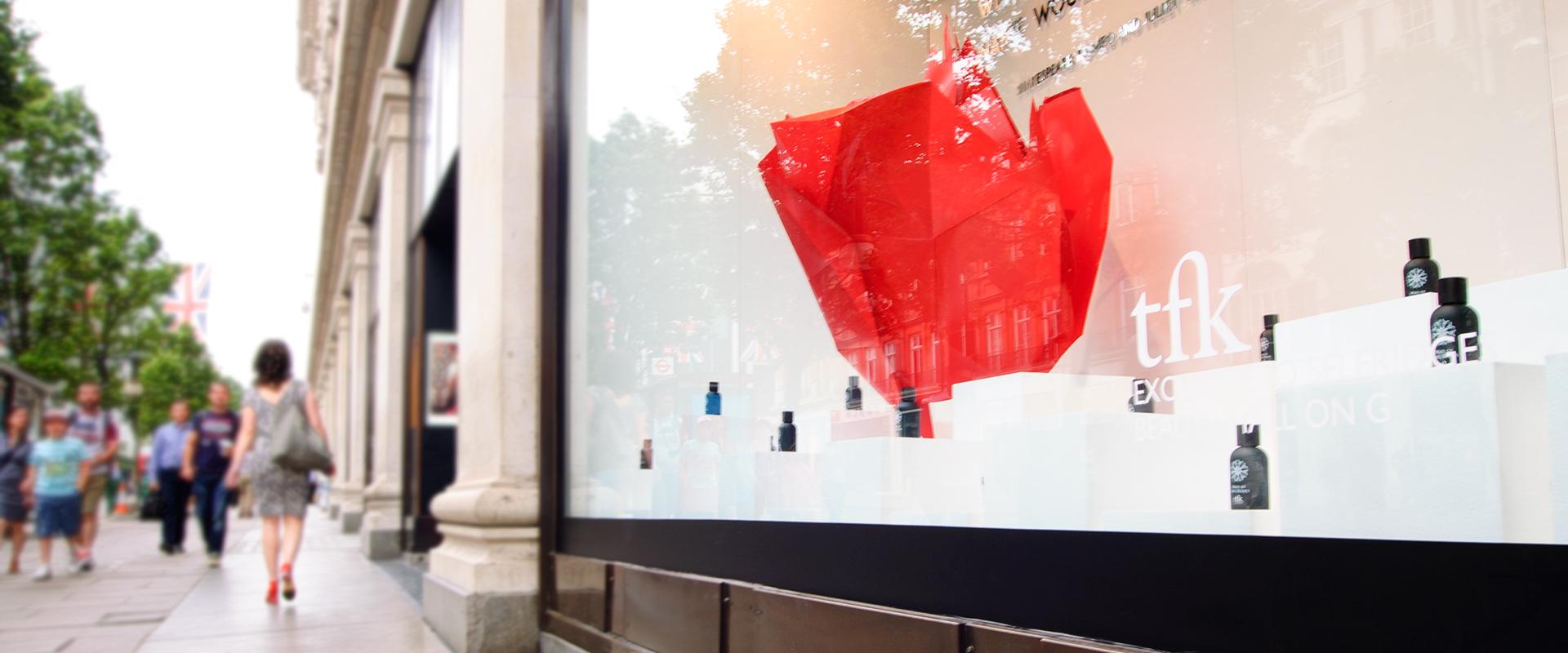 Una rivisitazione urbana di Shakespeare ne vetrine di Selfridges suOxford Street a Londra