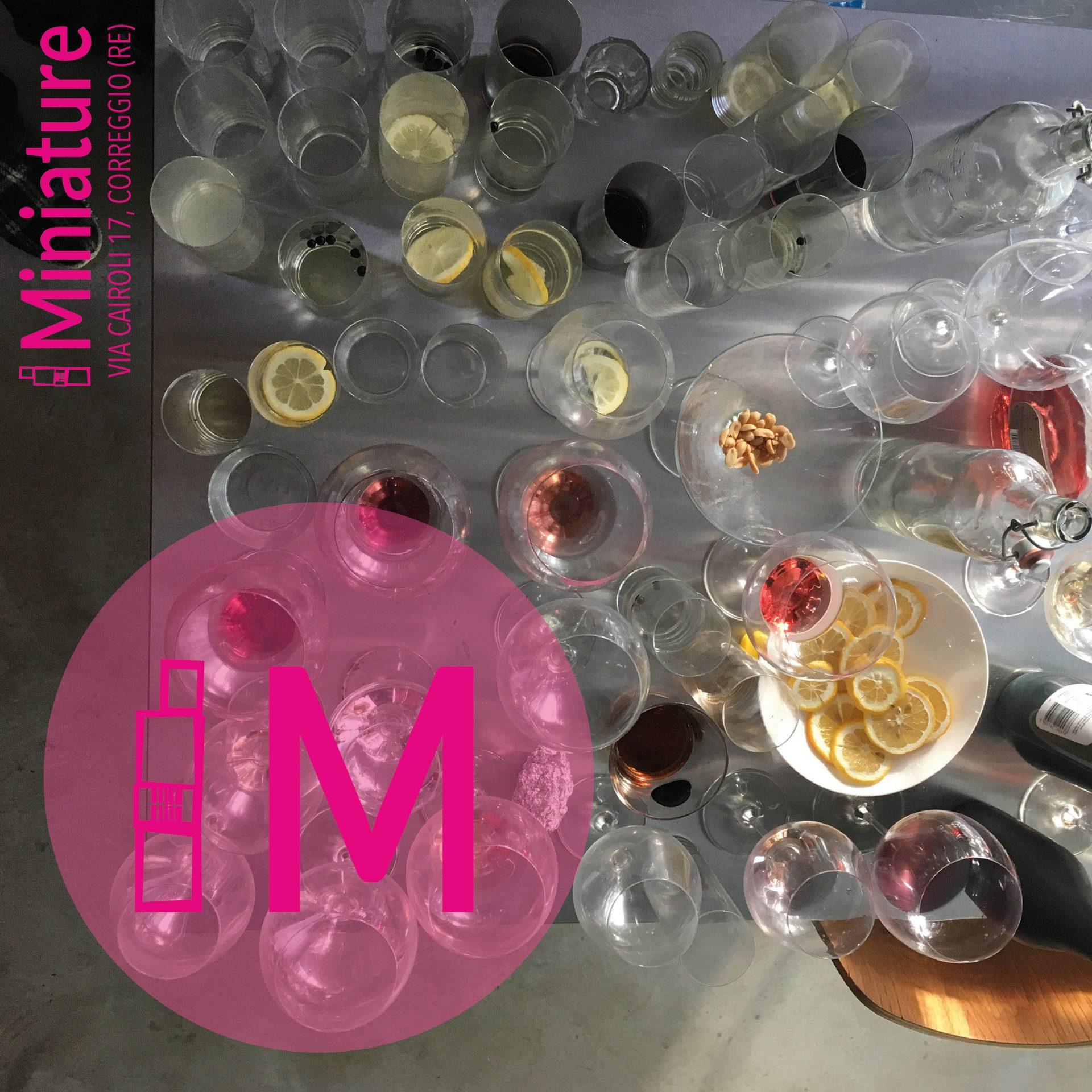tavolo ingombro di bicchieri con logo di Miniature