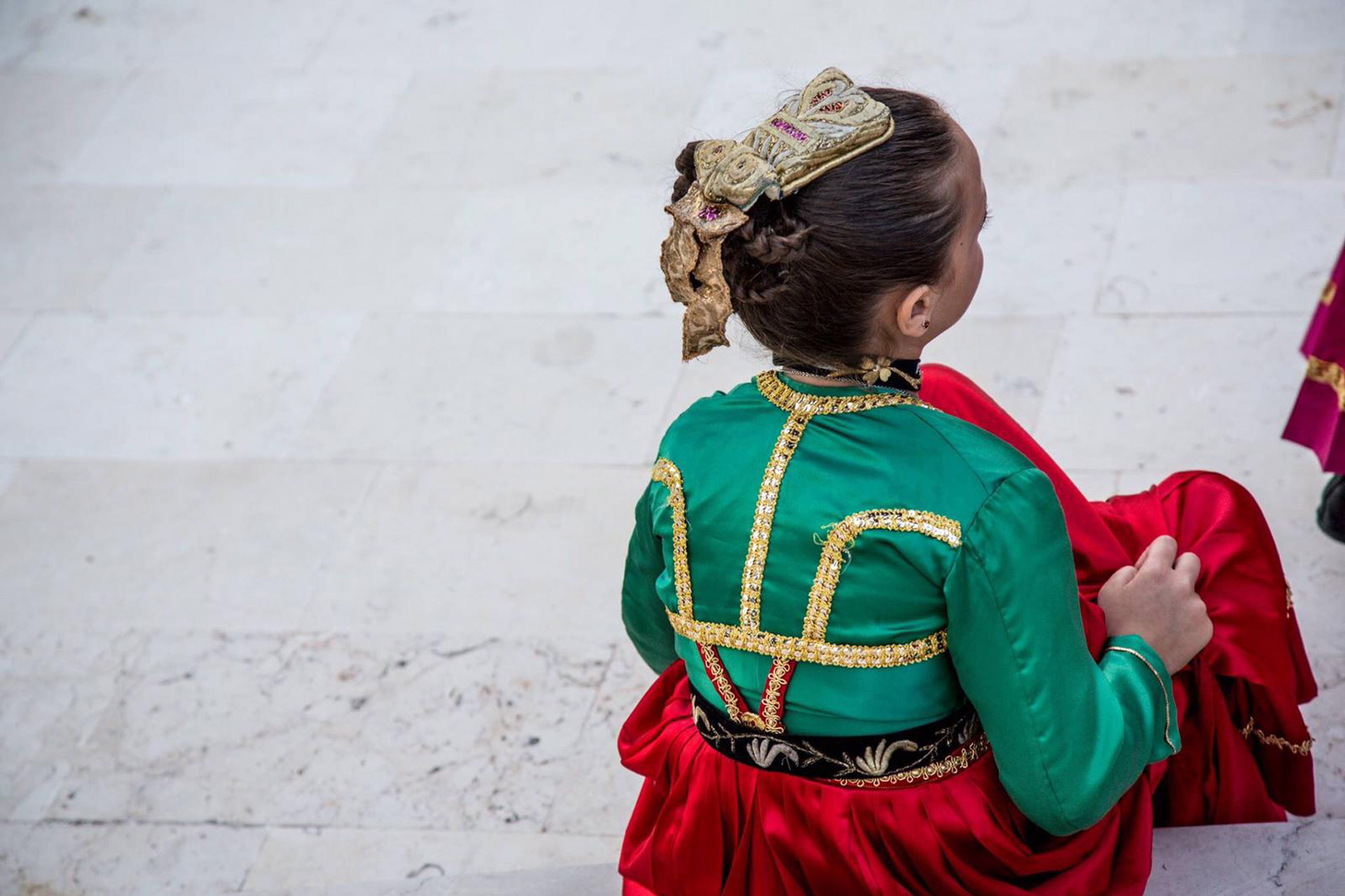 Fotografia di bambina in abito Arbëreshe.