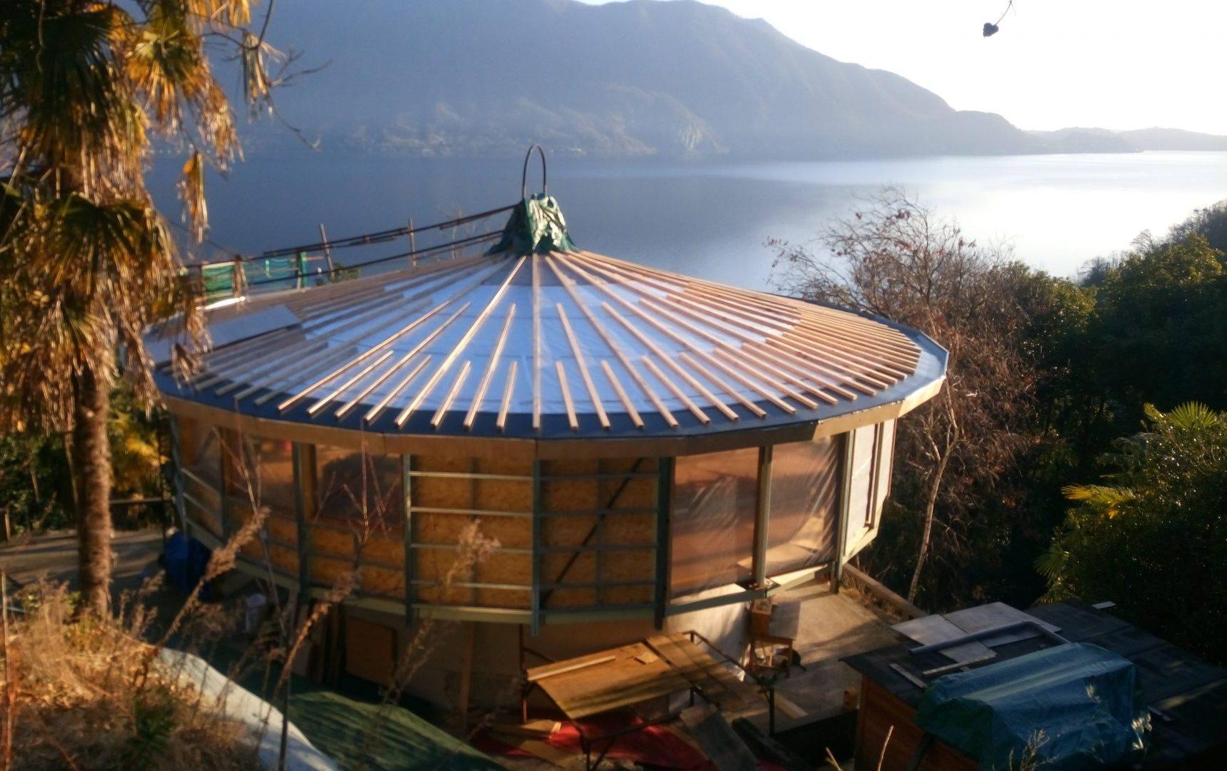 Fotografia della Casa dell'Orologiaio, unico esempio di casa rotante sul Lago Maggiore