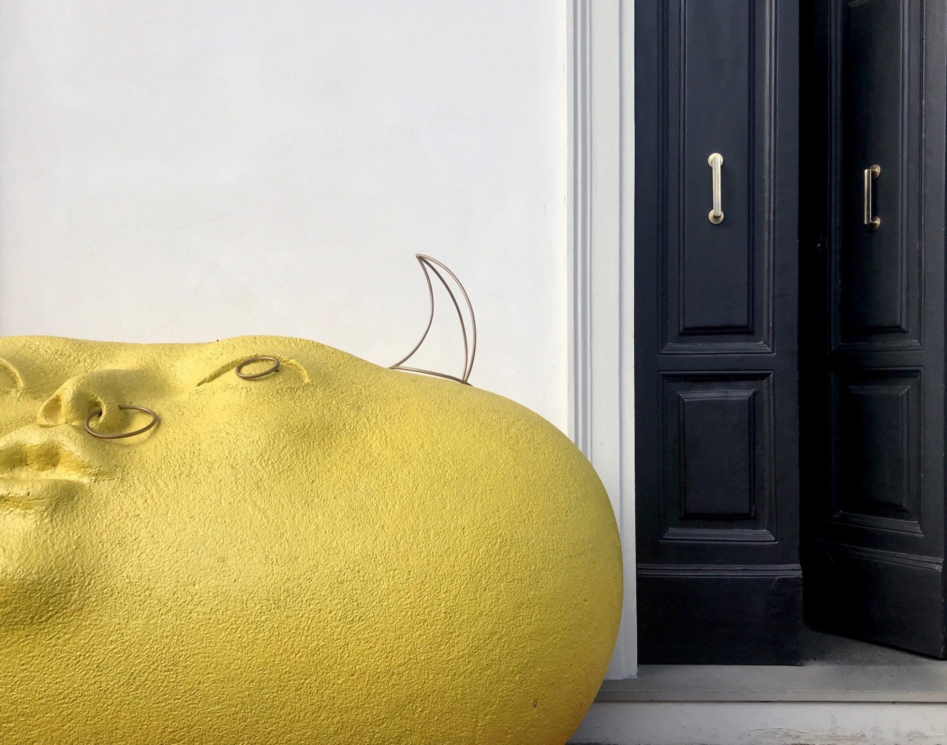 immagine dell'ingresso con grande scultura gialla